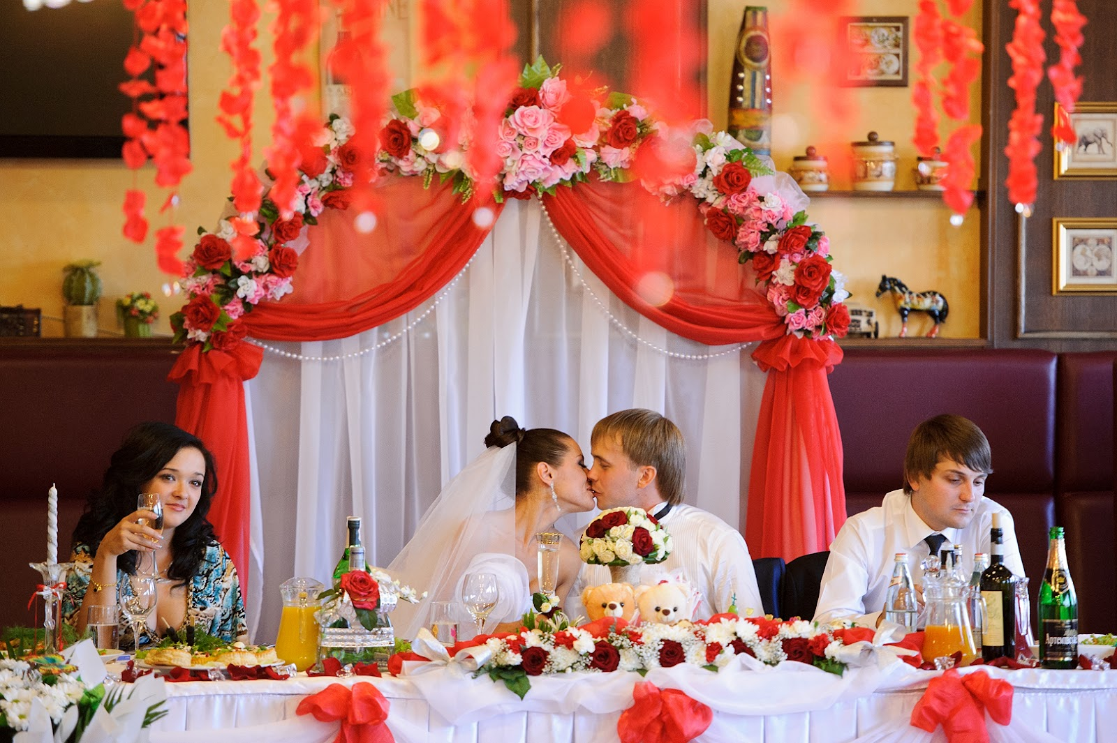 Украшения на стол жениха и невесты своими руками